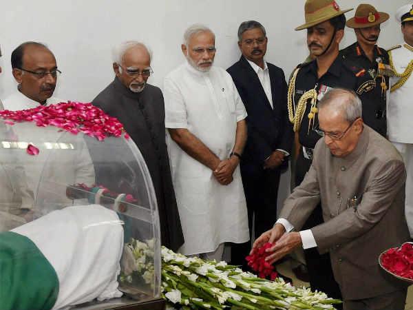 president pranav mukherjee paying homage to bharat-ratna-dr-apj-kalam-mortal-2