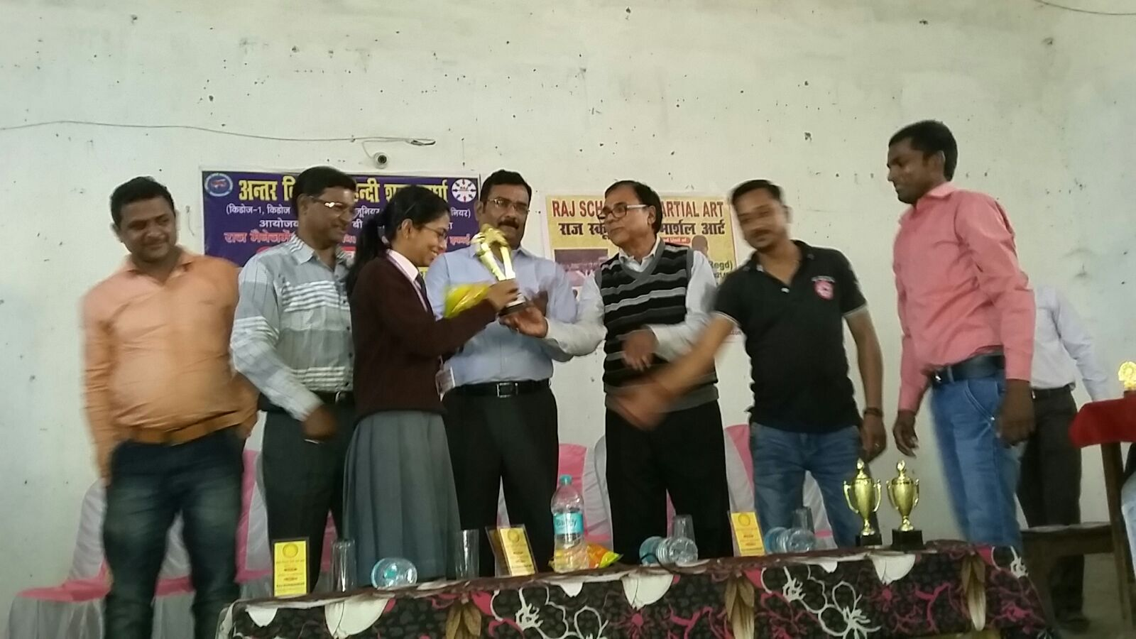 Manswi Anand from Kiran Public School receiving Champion Prize Cup by Dr.Madhepuri and SP Vikas Kumar .