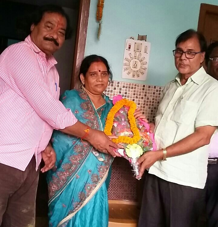 Dr.Madhepuri presenting Bouquet to Zila Parishad Adhyaksha Manju Devi and thanks to Prakash Narayan, Member Zila Parishad for grand victory.