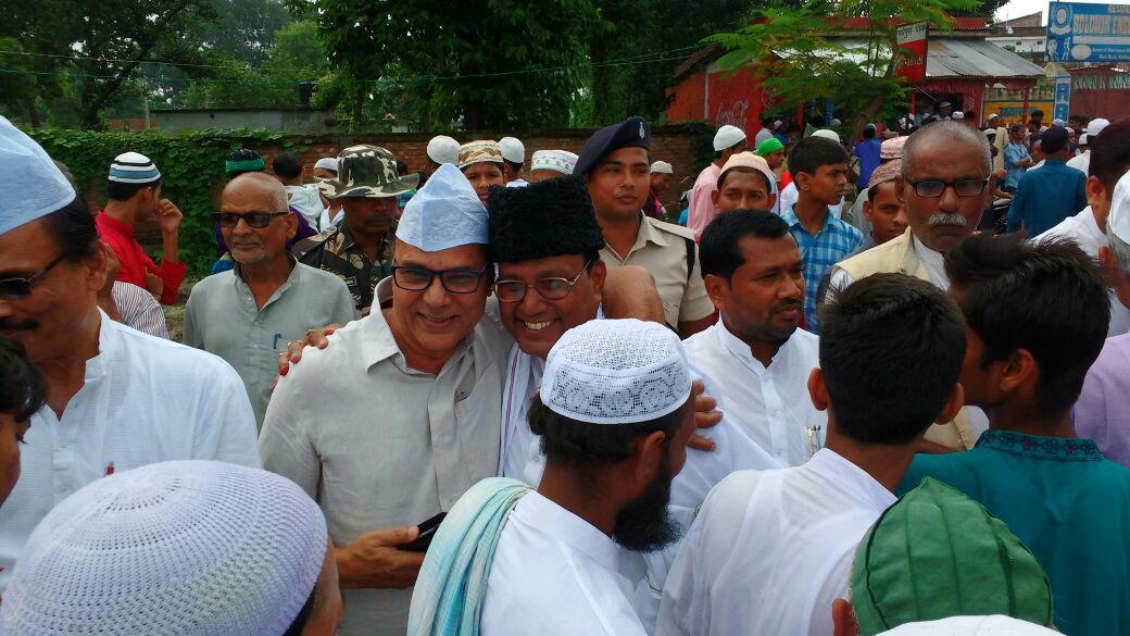 From Left to Right- Vidhan Parshad Vijay Kumar Verma, Dr.Madhepuri, Samajsevi Shaukat Ali, MLA Prof.Ramesh Rishidev and Ex-MLA Parmeshwari Parshad Nirala wishing Eid Mubarak at Eidgaah Madhepura.