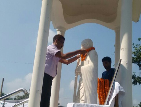 DM Madhepura Md.Sohail garlanding Mahatma Gandhi Statue at Samaharnalaya on the occasion of Gandhi Jayanti.
