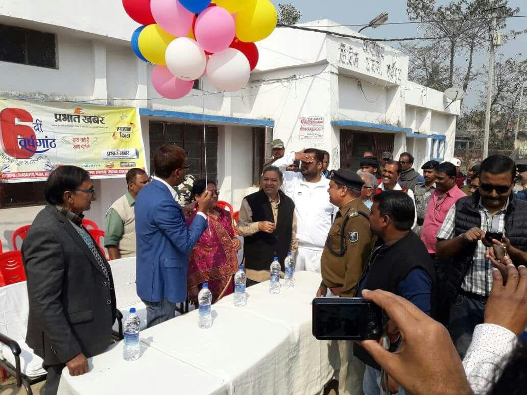 On the occasion of Plantation Samaroh organised by Prabhat Khabar DM Md.Sohail, Zila Parishad Adhyaksha Manju Devi, CS Dr.Gadadhar Pandey, Educationist Dr.Bhupendra Madhepuri, ASP Rajesh Kumar & Mukhya Parshad Dr.Vishal Kumar Babloo & others flying balloons in the sky at Madhepura Civil Hospital.