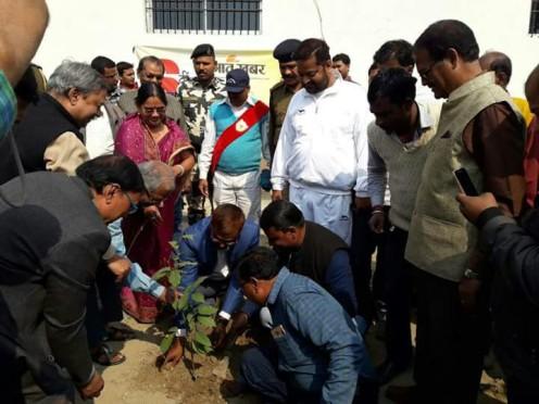 Dynamic DM Md.Sohail along with Zilla Parishad Adhyaksha Manju Devi, CS Dr.Gadadhar Pandey Samajsevi Educationist Dr.Bhupendra Madhepuri , Mukhya Parshad Dr.Vishal Kumar Bblu and others engaged in Vriksharopan Samaroh on the occasion of 6th anniversary of Prabhat Khabar in the campus of Sadar Hospital Madhepura.