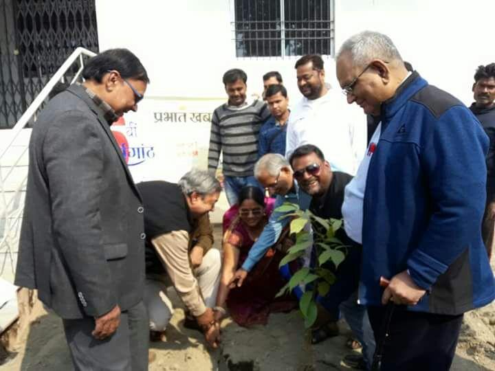 Zilla Parishad Adhyaksha Manju Devi along with CS Dr. G Pande Mukhya Parshad Dr.Vishal Kumar Babloo, Prabhari Rupesh , Dr.A.K.Mandal & Samajsevi Dr.Bhupendra Madhepuri & others engaged in Planting Samaroh organised by Prabhat Khabar.