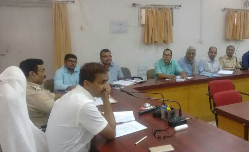 DM Md.Sohail , SP Vikas Kumar , NDC Mukesh Kumar , SDM Sanjay Kumar Nirala , Educationist Dr.Bhupendra Madhepuri , Prof. SK Yadav and others attending live telecast from Vigyan Bhawan, New Delhi on Civil Service Day at Samaharnalay Sabhagar Madhepura .