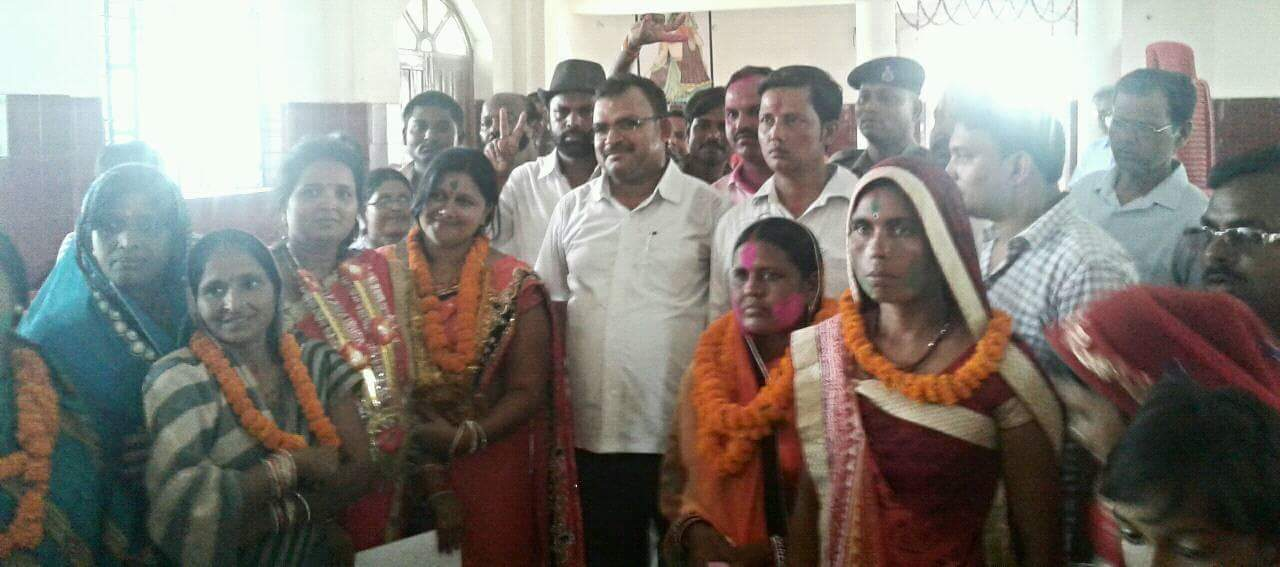 SDM cum Returning Officer Sanjay Kumar Nirala alongwith elected Ward Parshad Rekha Devi , Manish Kumar , Kumari Ruby , Vinita Bharti and others.