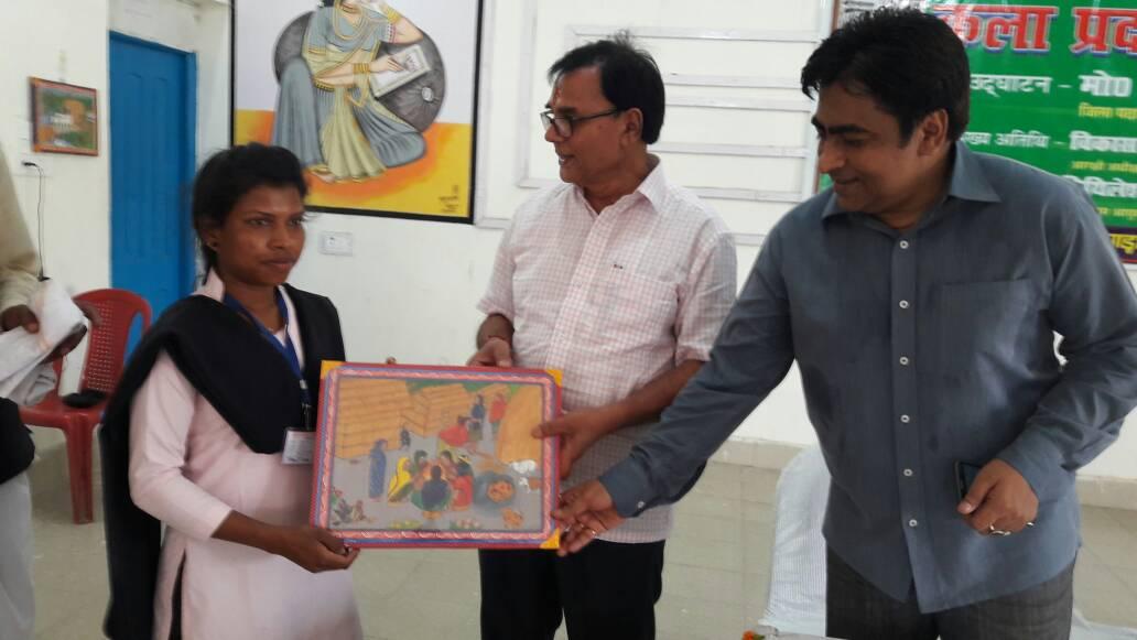 Samajsevi Dr.Bhupendra Madhepuri and DDC Mithilesh Kumar encouraging Vhitti Chitra Kalakar Rekha Tudu at Bhupendra Kala Bhawan , Madhepura.