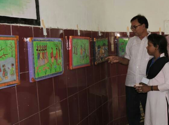 Dr.Bhupendra Madhepuri discussing with Rekha Tudu regarding Vhitti kalachitra painting at Kala Bhawan Madhepura .