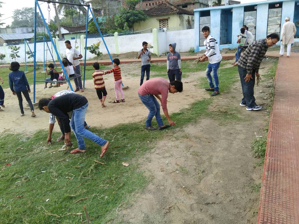Dr.Bhupendra Madhepuri alongwith the team of Navachar Mandal engaged to clean the Park near Zila Atithi Griha at Madhepura .