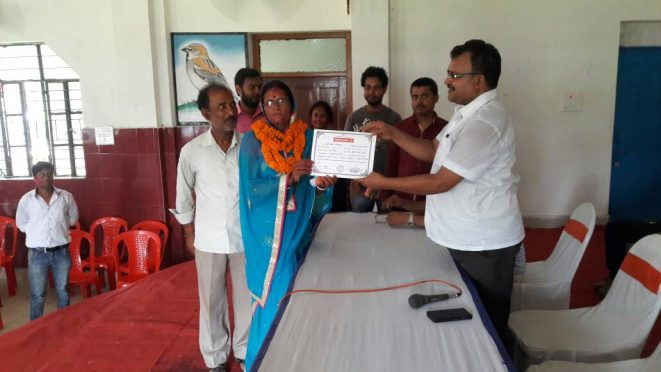 SDM cum Returning Officer Sanjay Kumar Nirala giving certificate to the elected ward commissioner Usha Devi W/O Sunil Kumar Gupta from ward number 20 , Madhepura .