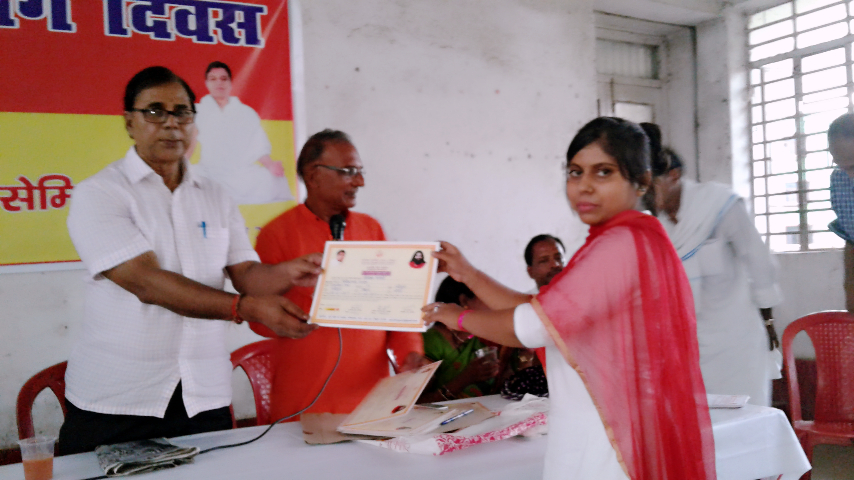 Ruby Kumari , Yoga Shikshika from Yoga Center Ram-Janki Thakurbari , Lakshmipur Mohalla , receiving the certificate of excellence from Udghatankarta Dr.Madhepuri in the Seminar organised by Patanjali Zila Yoga Samiti Madhepura