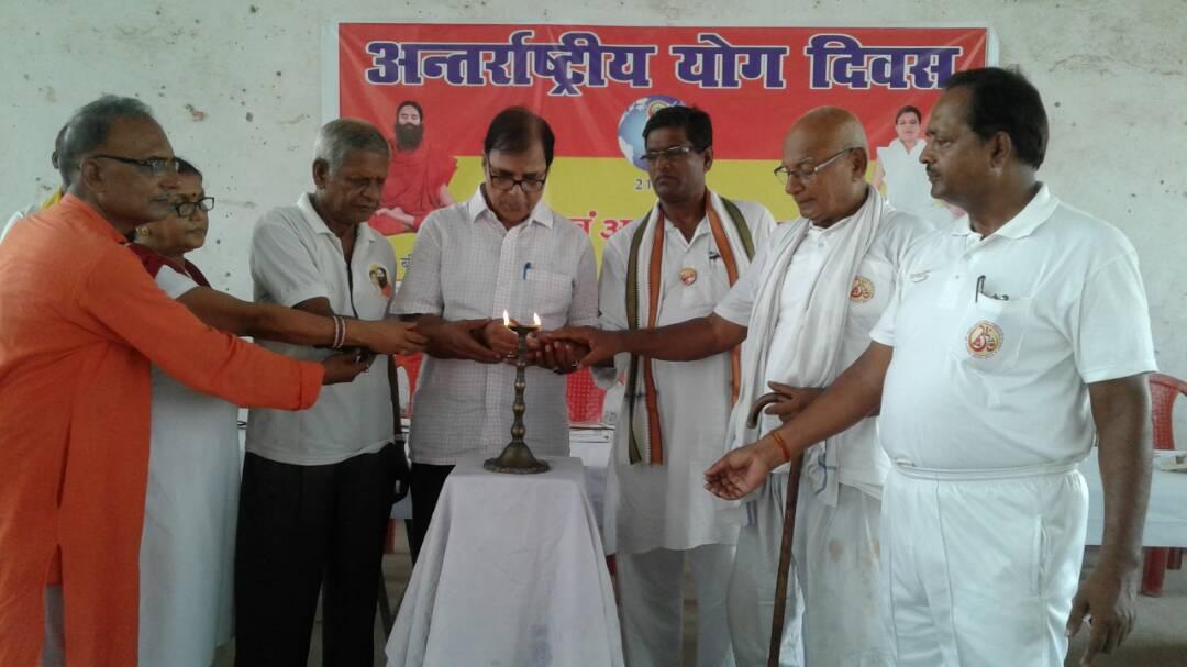 Samajsevi Dr.Bhupendra Madhepuri inaugurating Yoga & Ayurveda Seminar at BN Mandal Stadium Hall along with Ayurvedacharya KD Sharma , JP Yadav , Dr.NK Nirala , SP Yadav , Roopam Kumar and Dr.Nand Kishor.