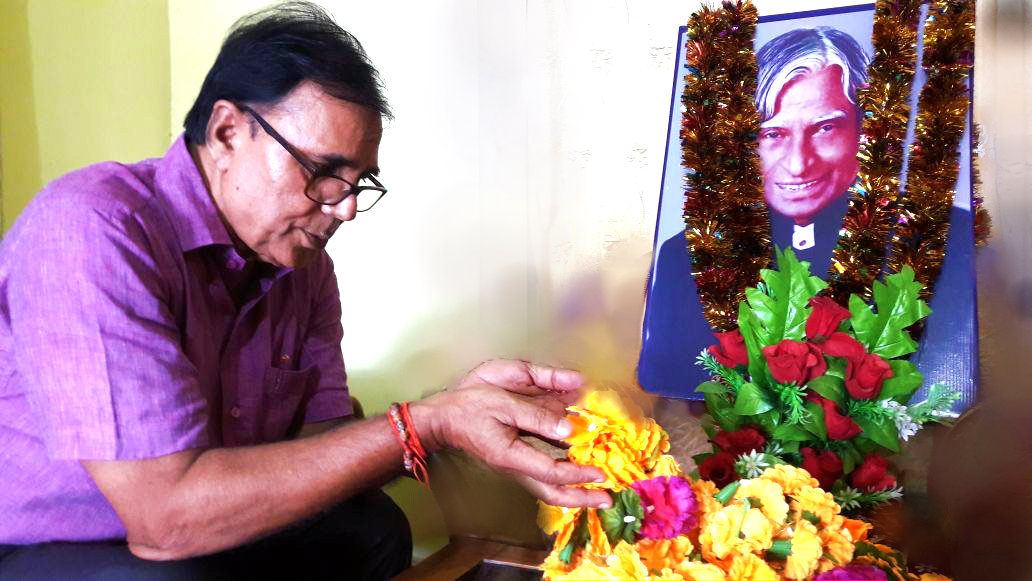 Samajsevi Sahityakar Dr.Bhupendra Madhepuri paying tribute to Dr.Kalam on the occasion of his 3rd Punya Tithi in the Hall of Tulsi Public School Madhepura .