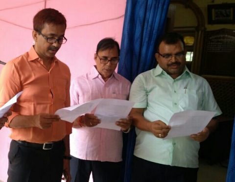 Educationist Dr.Bhupendra Madhepuri , Dynamic DM Md.Sohail and SDM Sanjay Kumar Nirala taking oath to make corruption free and clean India on 9th August 2017 in memory of Quit India Movement at Madhepura .