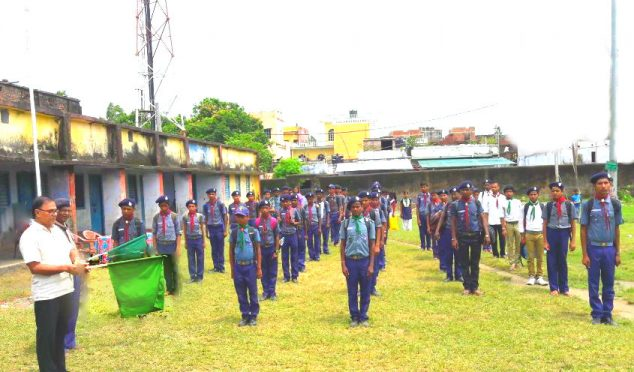Educationist & Samajsevi Dr.Bhupendra Narayan Yadav Madhepuri showing Green Flag to Scout and Guide Trainees at Rasbihari School ground to serve the Flood Victims of Southern part of Madhepura district (Alamnagar , Chausa , Puraini etc)