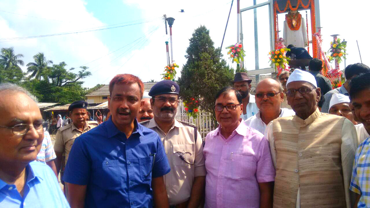 DM Md.Sohail (IAS), SP Vikas Kumar (IPS), Samajsevi Dr.Bhupendra Madhepuri, Dr.Arun Kumar Mandal, Freedom Fighter A.N.Yadav, Dr.A.Kumar, JDU President Prof.Bijendra Nr.Yadav after paying tribute to B.P.Mandal Statue at BP Mandal Chowk, Madhepura .
