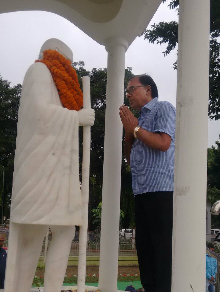 Samajsevi Sahityakar Dr.Bhupendra Madhepuri paying tribute to Rastrapita Mahatma Gandhi on the occasion of his 148th Jayanti (2 October 2017) at Samaharnalaya Campus, Madhepura.