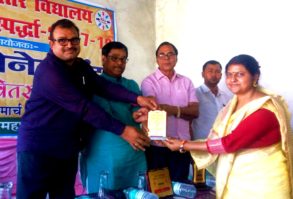 Principal Dr.Bandna Kumari from Holy Cross School is receiving 'Momento of Honour' by SDM Sanjay Kumar Nirala and others on the occasion of 3rd Inter School Hindi Word Championship and Vedvyas College Madhepura.