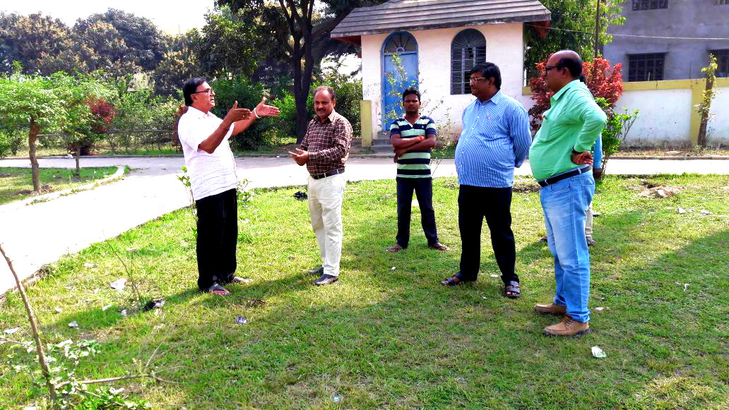 Samajsevi Dr.Bhupendra Madhepuri discussing with Senior Deputy Collector Md.Allama Mukhtar , Executive Engineer Building Mr.Manoj Kumar Singh & Asst. Engineer Mr.Madhusudan Kumar Karn & others regarding the construction of Shahid Platform in Shahid Park (Children Park) opposite District Guest House , Madhepura.