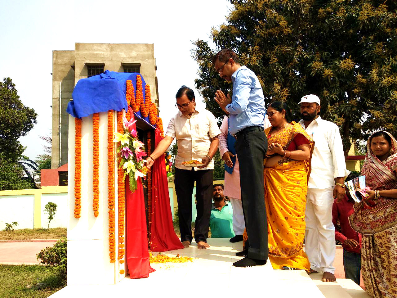 Dr.Bhupendra Madhepuri , Zila Parishad Adhyaksha Manju Devi and others paying homage to martyrs at Shahid Park Madhepura.