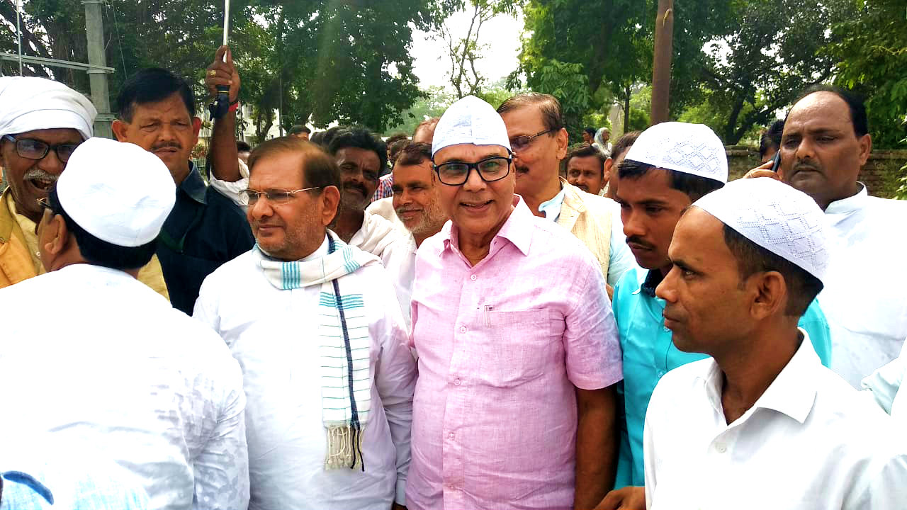 Former MP of Madhepura & Senior leader of National Politics Shri Sharad Yadav along with Samajsevi Sahityakar Dr.Bhupendra Madhepuri, Ex-MLC Shri Vijay Kumar Verma, Ex-MLA Shri Parmashwari Prasad Nirala, Congress District President Shri Satyendra Singh & others waiting to give Eid Mabarak in front of Madhepura Eidgah.
