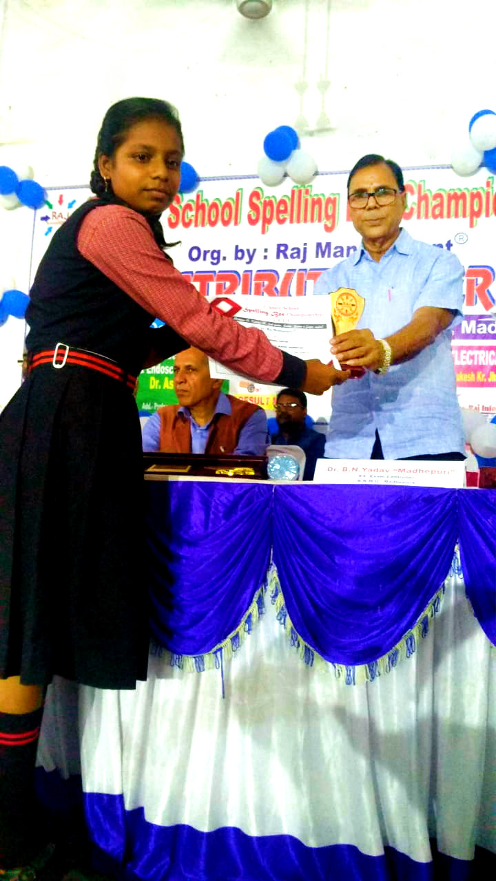 Dr.Madhepuri giving prize to the winners of Spelling Bee Championship at T.p.college Sabhabhawan, Madhepura.