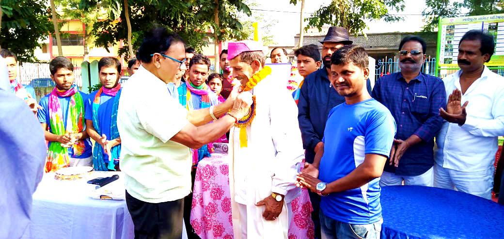 Khel Guru Sant Kumar is being honoured by Samajsevi Dr.Bhupendra Madhepuri at Dr.APJ Abdul Kalam Park Madhepura for his incredible contribution in Sports.
