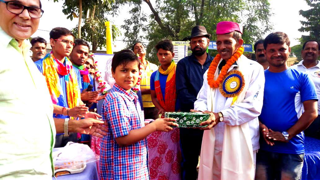 A Kid Aditya, grandson of Dr.Madhepuri paying honour to his Khel Guru Sant Kumar in presence of Social activist Dhyani Yadav, Vice-Chairman Ashok Kumar Yaduvanshi, Nagar Parshad Md.Israr Ahmad , Dr.N.K.Nirala & others at Dr.APJ Abdul Kalam Park, Madhepura.