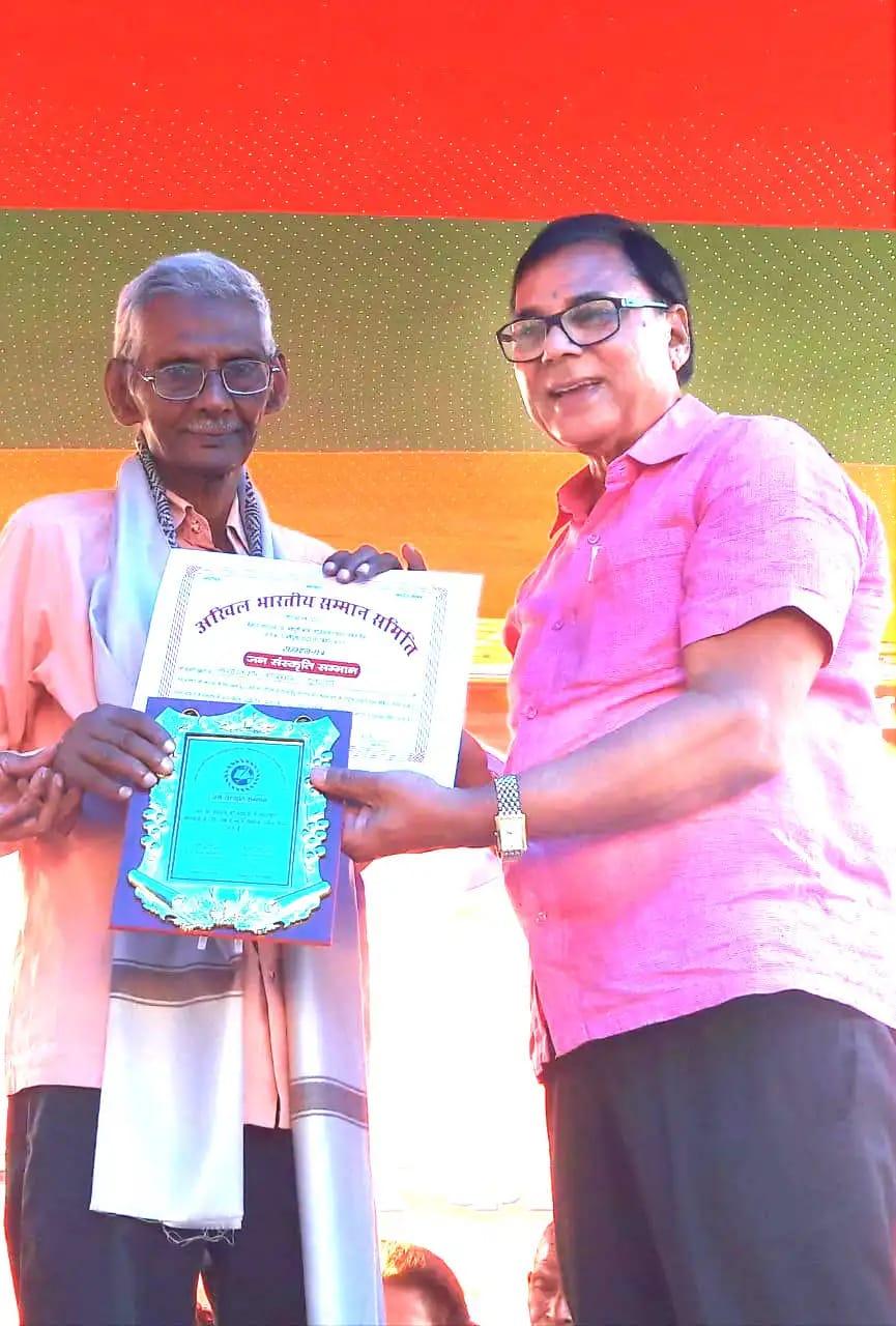 Samajsevi Sahityakar Prof.(Dr.)B.N.Madhepuri presenting Certificate of Honour & Momento to a famous Sahityakar Shri Chandra Kishor Jaiswal, a Literary giant of Bihar.