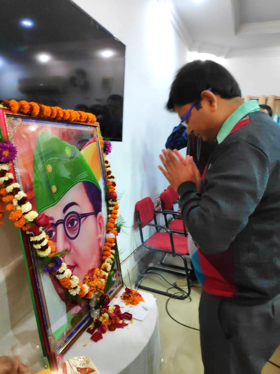 DM Navdeep Shukla paying his tributes to Neta Jee Subhash Chandra Bose at Samaharnalaya Madhepura.