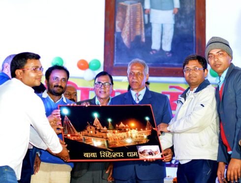 VC Dr.A.K Ray , Samajsevi Dr.Bhupendra Madhepuri, DM Navdeep Shukla and others presenting Singheshwar Mandir Painting to Super 30 founder Anand Kumar at BN Mandal Auditorium Madhepura.