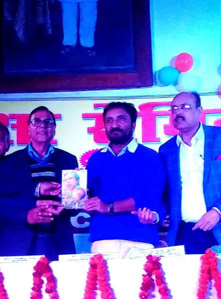 """Samajsevi Dr.Bhupendra Madhepuri presenting his book """"Chhota Lakshya Ek Apradh Hai"""" to Super 30 founder Anand Kumar at BN Mandal Auditorium Madhepura."""