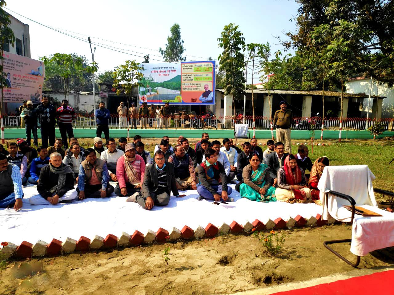 Samajsevi Dr.Bhupendra Madhepuri, DM Navdeep Shukla Zila Parishad Adhyaksha Smt.Manju Devi and others at Samaharnalaya Madhepura.