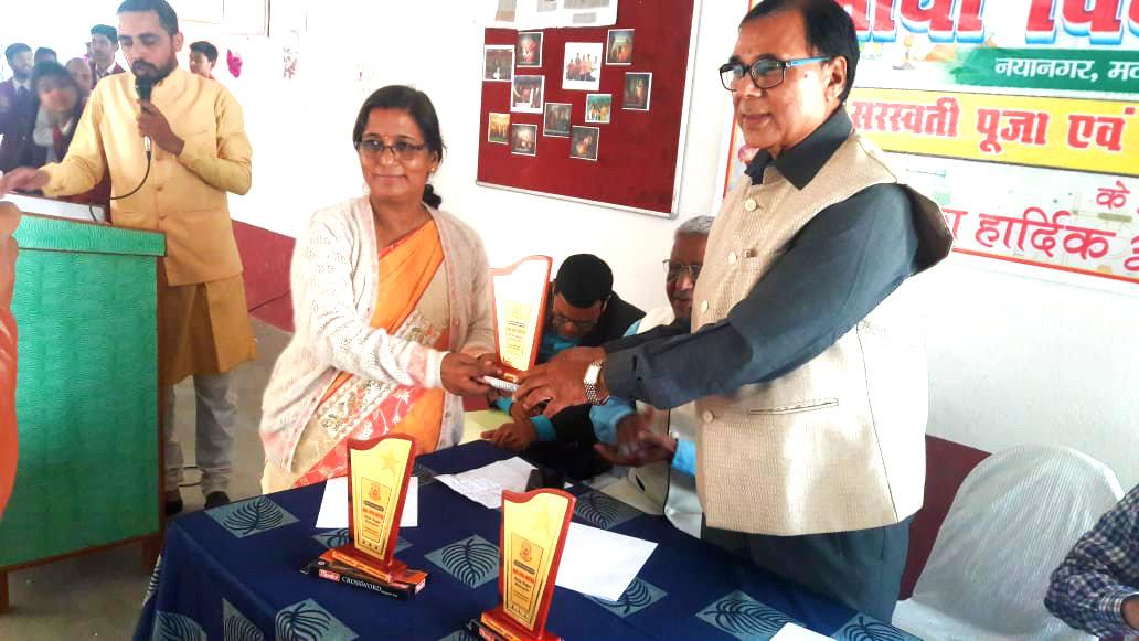 Dr.Bhupendra Madhepuri receiving special guest of honour from the director of Maya Vidya Niketan Dr.Chandrika Yadav.