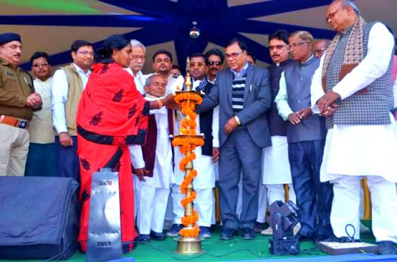 Minister Ramesh Rishidev, Samajsevi Dr.Bhupendra Narayan Yadav Madhepuri, MLA Narendra Narayan Yadav, DM Navdeep Shukla and others inaugurating Singheshwar Mahotsav.