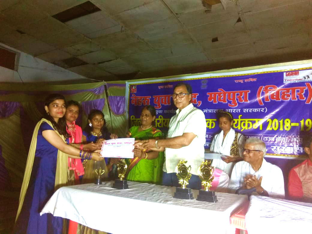 Chief Guest Dr.Madhepuri distributing Certificates & Momentos to the winners.