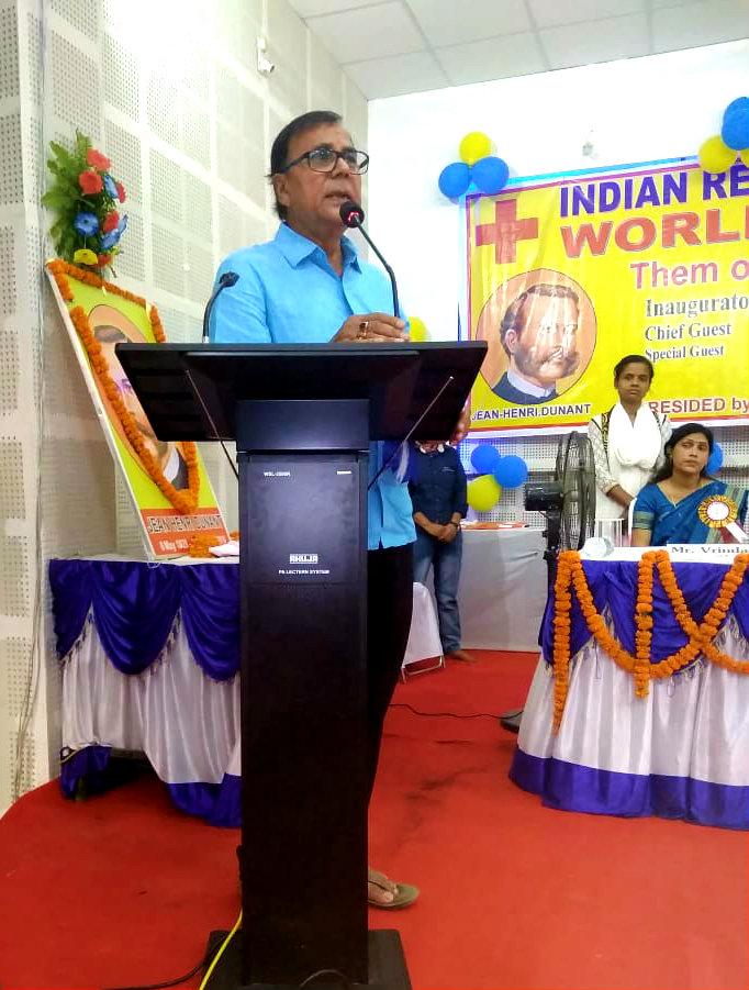 Samajsevi Dr.Bhupendra Madhepuri addressing at World Red Cross Day Function.
