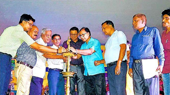 Samajsevi Dr.Bhupendra Madhepuri, SDM Vrindalal and others inaugurating 38th Zila Sthapna Diwas Samaroh at Madhepura.