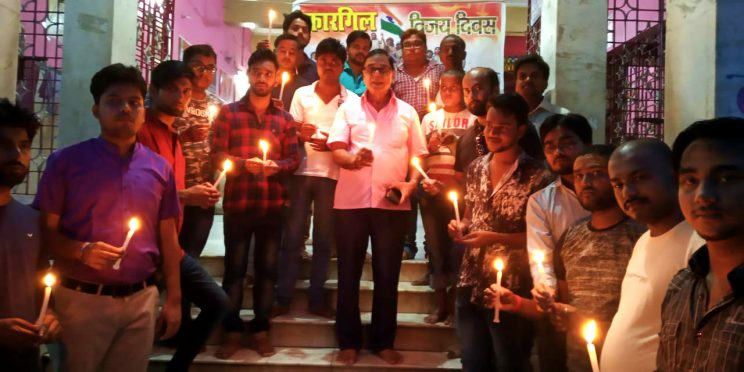 Samajsevi Dr.Bhupendra Narayan Yadav Madhepuri popularly known as Bhishma Pitamah of Madhepura along with youths paying tributes to Kargil Martyrs on 26th July Vijay Diwas at Madhepura.