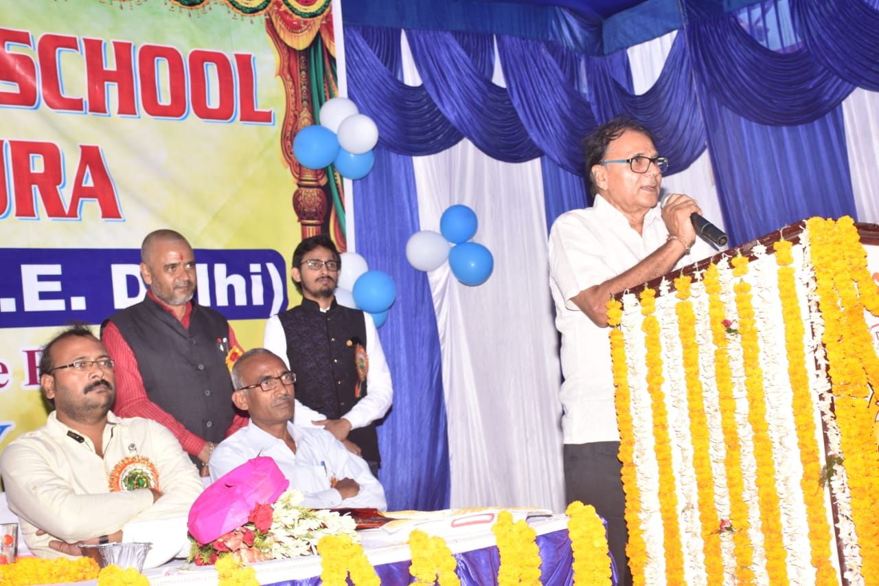 Dr.Madhepuri addressing students, teachers & guardians during the function at Kiran Public School,Madhepura.