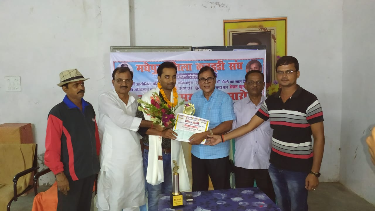 Emerging Singer of Kosi Region Raushan Kumar is being honoured & encouraged by Samajsevi Dr.Bhupendra Madhepuri along with Zila Kabaddi Sangh President Jayakant Yadav, Secretary Arun Kumar, Principal Dr.Bhushan and Pradeep Kumar Shrivastava at B.N.Mandal Indoor Stadium, Madhepura.