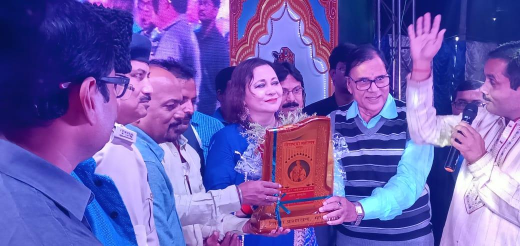 Bollywood Playback Singer Purnima Shraistha is being honoured by SDM Vrindalal, SDPO Washi Ahmad, Senior Member of Ayojan Samiti Dr.Madhepuri, Manoj Yaduwanshi & others on the occasion of 2nd Rajkiya Gopasthmi Samaroh at Gaushala Shri Krishan Mandir Campus, Madhepura.