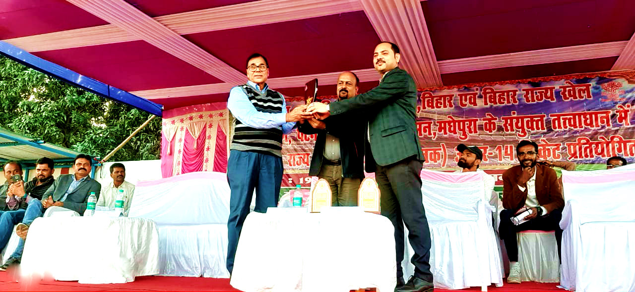 Samajsevi Dr.Bhupendra Madhepuri is being honoured by SDM Vrindalal and NDC Rajneesh Kumar Ray.