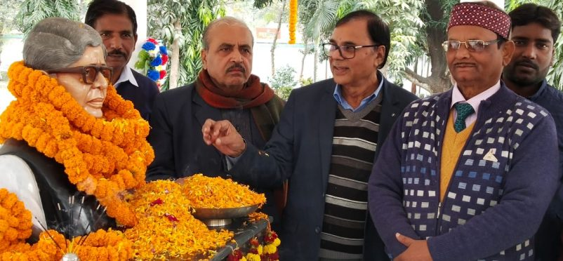 Retired University Professor of Physics Dr.Bhupendra Narayan Yadav Madhepuri, Development Officer Dr.Lalan Prasad Adri, Registrar Dr.Kapildev Prasad and others paying tribute to the Legend Educationist Dr.Mahavir at BNMU Campus, Madhepura.