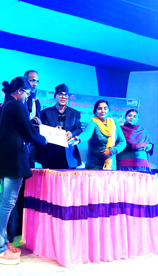 Participant Divya Bharti receiving prize & momento from Chief Guest Dr.Madhepuri and others for her outstanding performance.