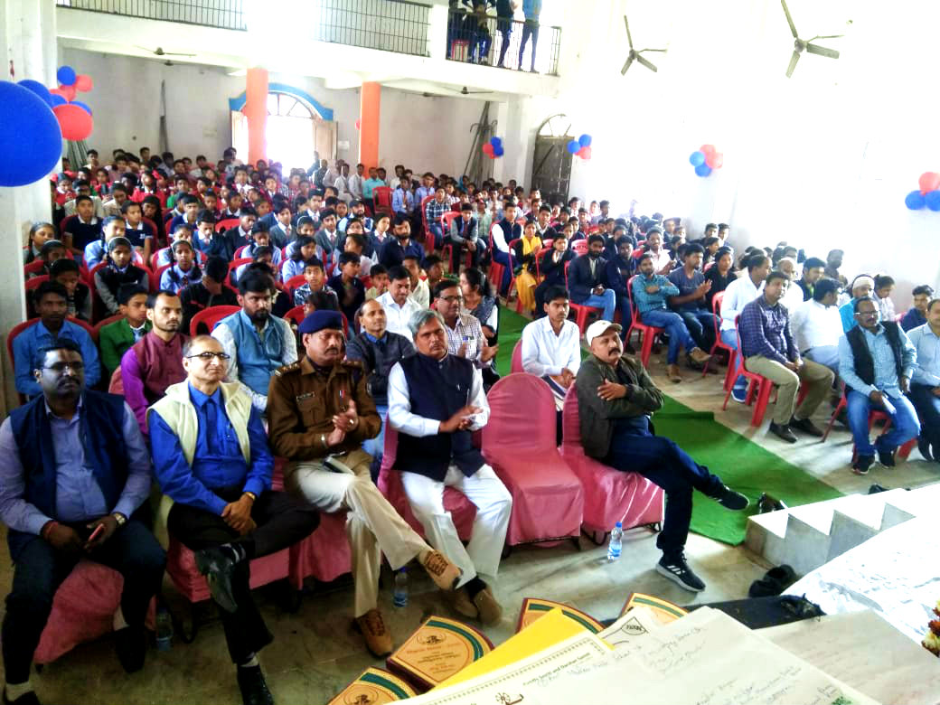 Audience during the Scientific Projects Exhibition at Rajnandan Kala Bhawan.
