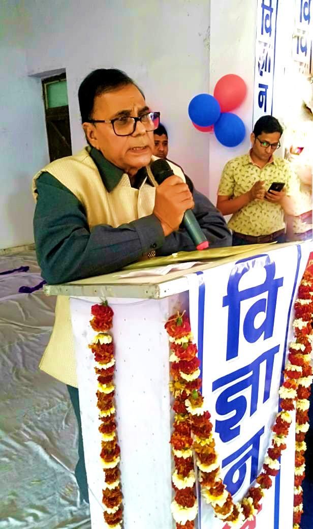 Former University Professor of Physics cum Samajsevi Dr.Bhupendra Madhepuri addressing Students in a Science Exhibition at Rajnandan Kala Bhawan, Alamnagar.
