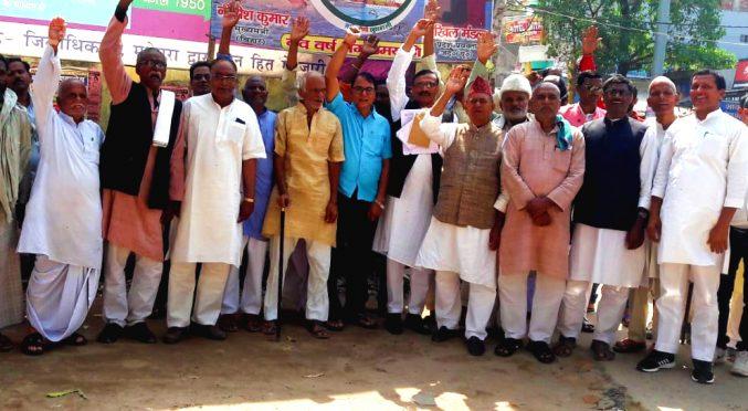 JP Senani Vijay Verma, Dr.B.N Yadav Madhepuri, Indranarayan Pradhan, Parmeshwari Prasad Nirala and others at Shahid Sadanand Chowk.