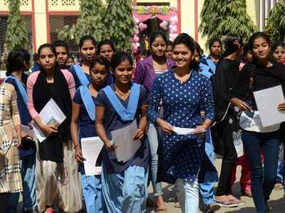 Bihar intermediate girls getting Rs.10000 from CM Nitish Kumar.