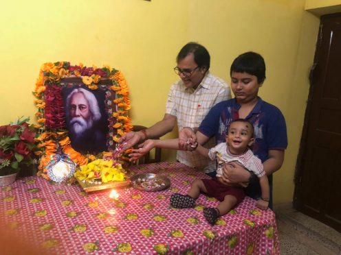 Dr.Bhupendra Narayan Yadav Madhepuri with grandsons Adita & Akshat alias Chhote Kalam paying homage to Ravindra Nath Tagore on 81st Punyatithi at Vrindavan Madhepura.